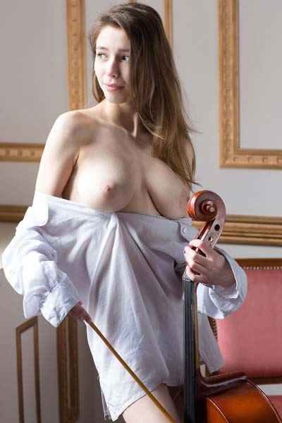 Model Milla in Violoncello