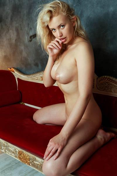 Model Mandy Tee in Passionate Blonde