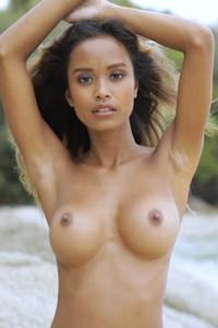 Model Putri Cinta in Beach Relax
